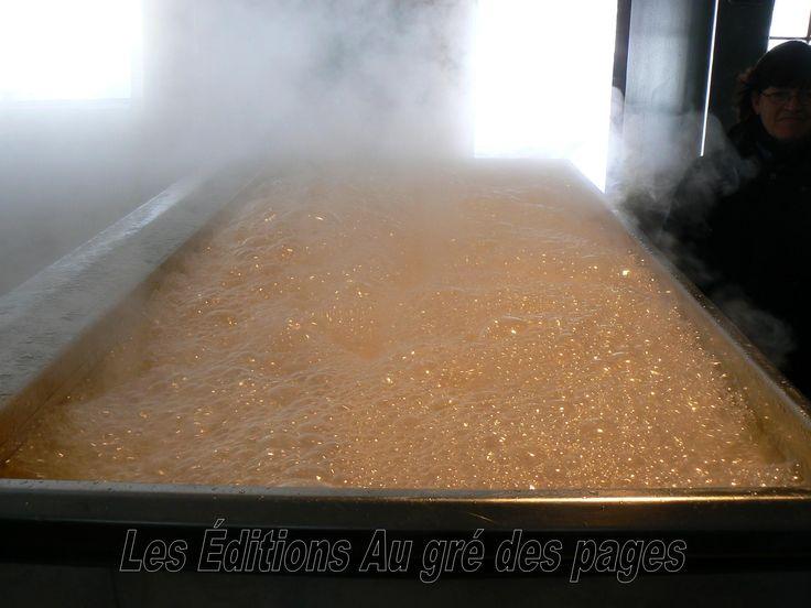 L'eau d'érable s'est graduelle transformée en sirop qui continue à bouillir. Le produit fini est presque prêt.