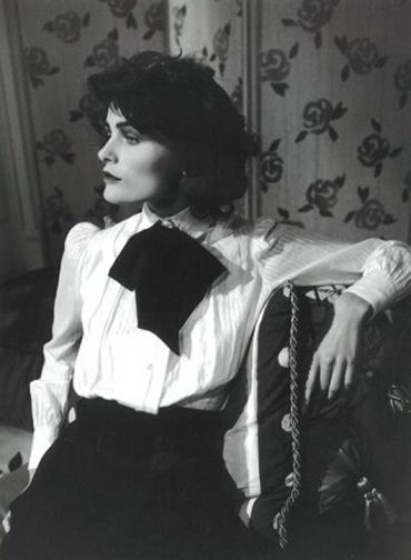 Coco Chanel, Paris, 1913 N'aspirant pas au noviciat, à 18 ans, Gabrielle est confiée aux dames chanoinesses de Moulins, qui lui apprennent le pointilleux métier de couseuse. Elle y retrouve sa tante Adrienne, dernière-née de ses grands-parents prolifiques. Elles ont le même âge et surtout la même ambition: s'en sortir.