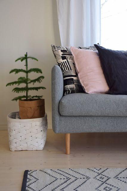"""""""Meillä remontoidaan"""" -blogissa Kuusilinnan Tuuli-sohva."""