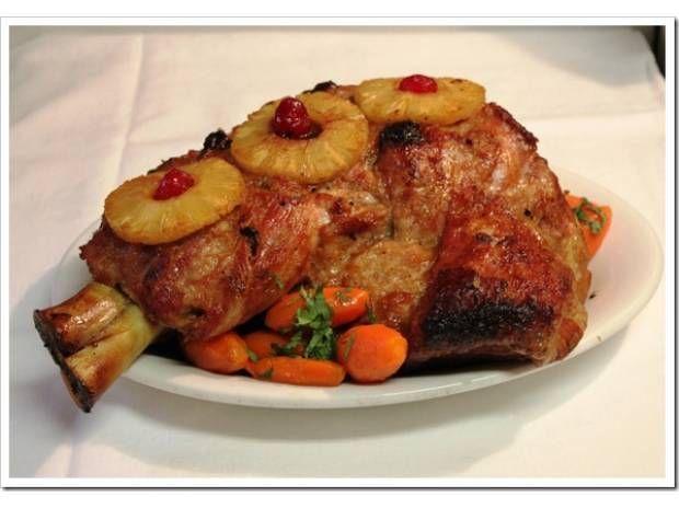 Pierna al horno mechada con almendras y ciruelas pasas, y cubierta con rebanadas de piña. La pierna se marina durante varias horas en una mezcla de sidra, ajo y cebolla. Una receta perfecta para tu cena de navidad o año nuevo.