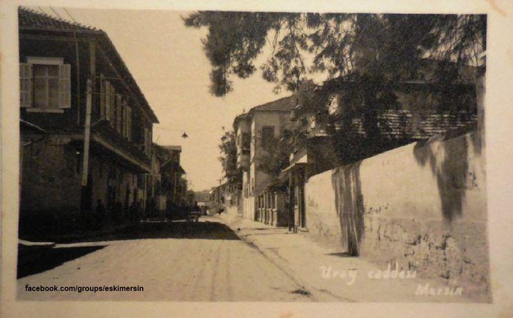 1950 ler #Mersin Uray Caddesi... Soldaki evden sonaki Yapı Kız Amerikan Koleji.... diğer bir kolu ise Tarsus ta Erkek Amerikan Koleji idi.. Fotonun sol kısmında yeralan ilk yapı ise Karamancı Ailesine ait ikiz yapıdır. Gazi Mustafa Kemal'in ilk Mersin ziyaretinde kaldığı ev bu evdir.