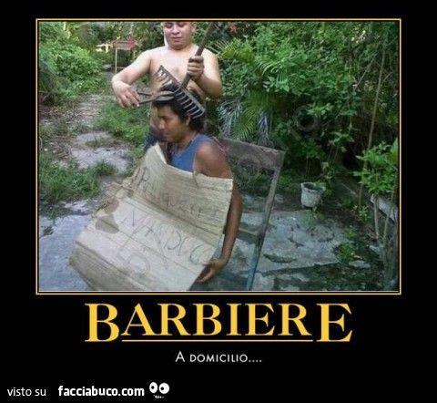Gli taglia i capelli con cesoie e rastrello. Barbiere a domicilio