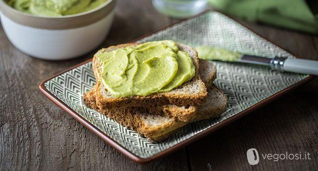 L'hummus con avocado e lime è una variante del classico hummus fatto con i ceci lessati e la tahina. L'avocado e il lime la rendono speciale