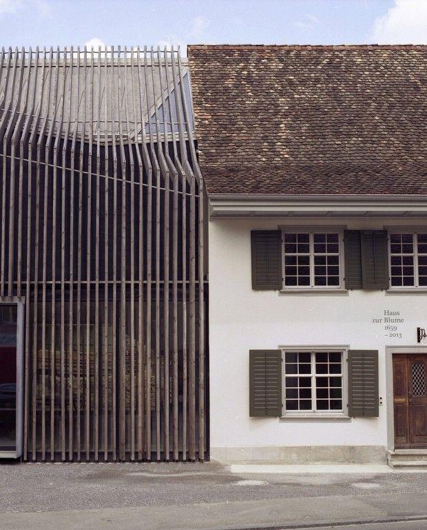 Située dans le petit village de Löhningen en Suisse, on doit cette extension contemporaine entre deux maisons distinctes au bureau d'architectureMarazzi R