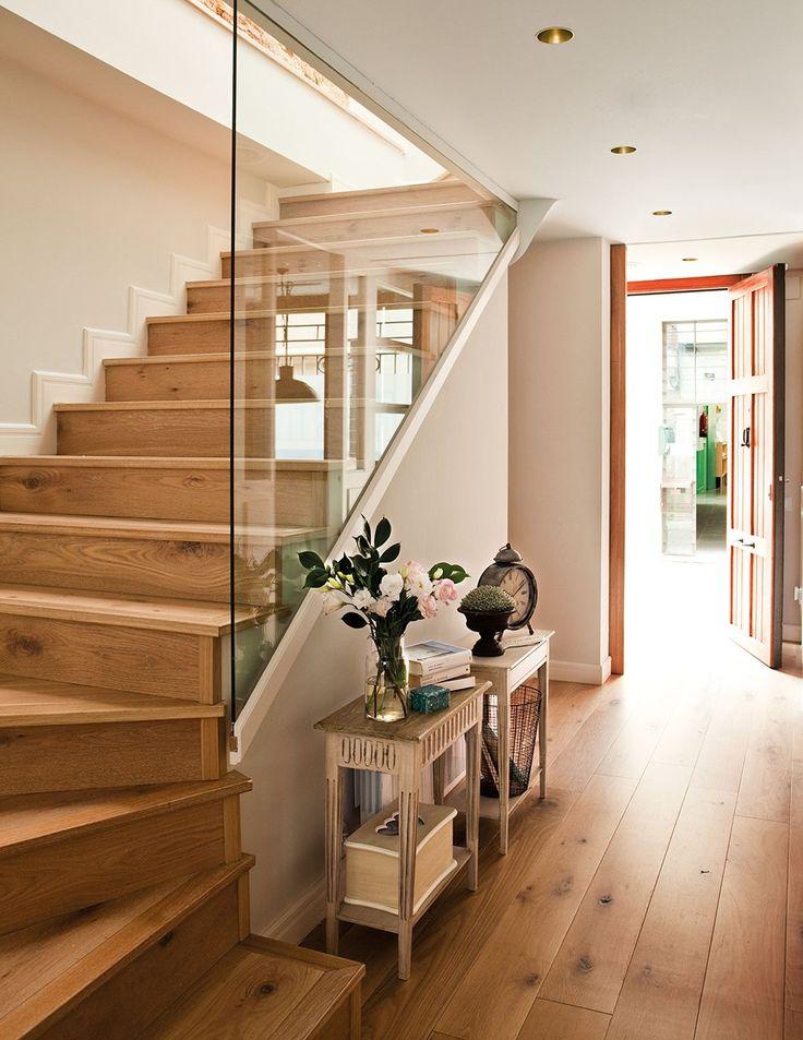 Un tabique de cristal  Multiplica la luz natural y da continuidad con el resto de la casa.