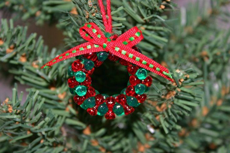 diy-weihnachtsschmuck-kranz-gruene-roten-perlen