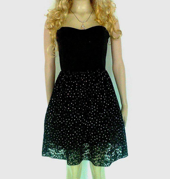 Vestido corto strapless, negro, con falda rotonda en blonda.