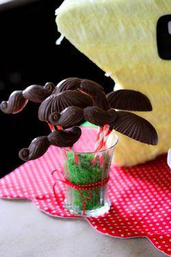 Bigotes de chocolate, mmm! / Chocolate mustaches, yum!