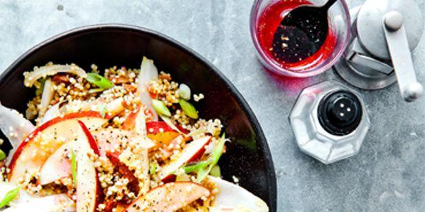 Quinosalade met witlof en spekjes. Kies voor quinoa (gewoon bij de granen in de supermarkt) i.c.m. verse biologische witlof en appel in deze power-quinoasalade.