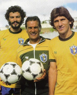 Telê Santana (na foto, entre Sócrates e Zico) dirigia o time canarinho desde abril de 1980. Até desembarcar na Espanha em 1982, havia vencido 24 vezes, empatado seis e perdido apenas duas.