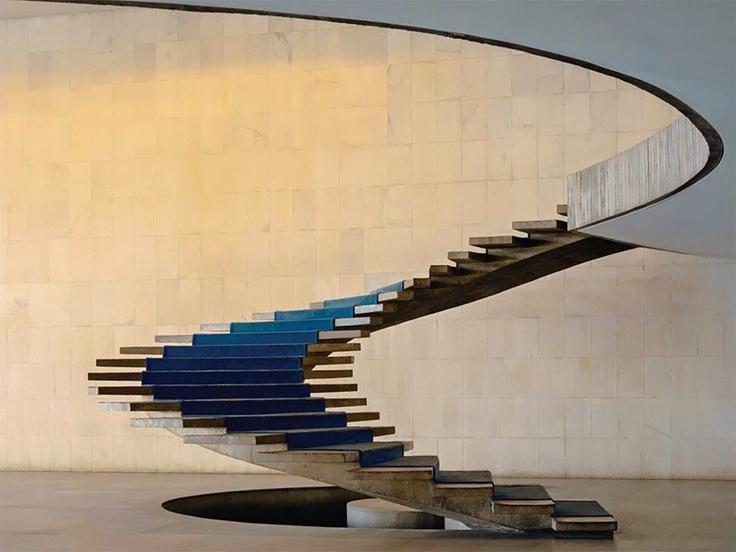 Concebida por Joaquim Cardozo e Milton Ramos, esta escada em forma helicoidal fica no interior do Palácio Itamaraty, em Brasília, projetado por Oscar Niemeyer.