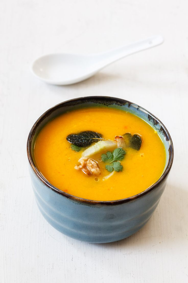 Eine cremige Kürbis-Karotten-Suppe mit einer Einlage aus gebratenen Walnüssen und Fenchel, die sich an der chinesischen Ernährungslehre der fünf Elemente orientiert.