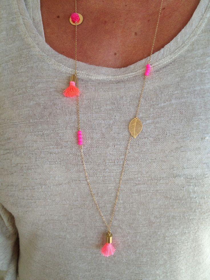 Sautoir ,pompon rose, perles fluo, petite rose et feuille : Collier par…