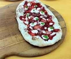 Pinsa alla frutta! con questa evoluzione della pizza si possono ottenere tanti nuovi accostamenti di ingredienti.