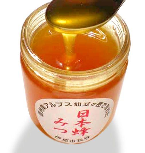 【南アルプス仙丈ヶ岳日本蜂みつ】日本蜜蜂の蜂蜜は、西洋蜜蜂の蜂蜜の1/6程しか生産できず、日本蜜蜂は気に入らないと巣を放棄して逃げ出す習性もあり、管理・養蜂がしにくく、採算性が悪いので希少なため商品価格も高価になりますが、蜂蜜は濃厚でくせが少なく、とても美味です。希少性の高い自然食品で古来より滋養強壮によいとされ、「幻のハチミツ」と呼ばれています。商品ページ→ http://sinsyu.shops.net/item?itemid=21840