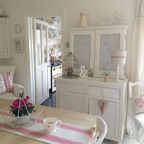 Comfortably cozy dining room that you can relax in, too. shabbyandcharme.blogspot.sk