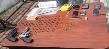 José Ángel Sanabria López y Diego Fernando Mateus Valencia, ambos de nacionalidad colombiana y que presuntamente están involucrados en delitos de asalto, robo de personas, locales comerciales y sicariato en el Distrito Metropolitano de Quito, fueron detenidos ayer por la Policía Nacional.