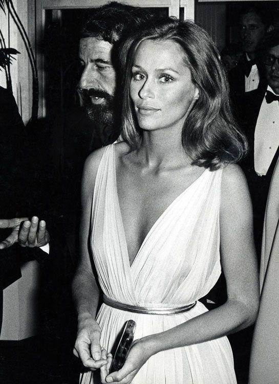 Pour la 47ème édition des Academy Awards, Laura Hutton foulait le tapis rouge en robe vaporeuse blanche le 8 avril 1975.