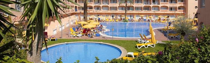 El Hotel Bahía Tropical de 4 estrellas se encuentra situado en primera línea de playa y a tan sólo 2 km del centro urbano de Almuñécar. Sus habitaciones y terrazas se encuentran en su mayor parte orientadas hacia el patio interior de piscinas donde podrá disfrutar del sol en el solarium alrededor de la piscina.  Este Chollo incluye:  - 2 noches de alojamiento  - Posibilidad de elegir régimen  - 1º y 2º niño con 50% Dto   - Wifi gratuito en todo el Hotel.