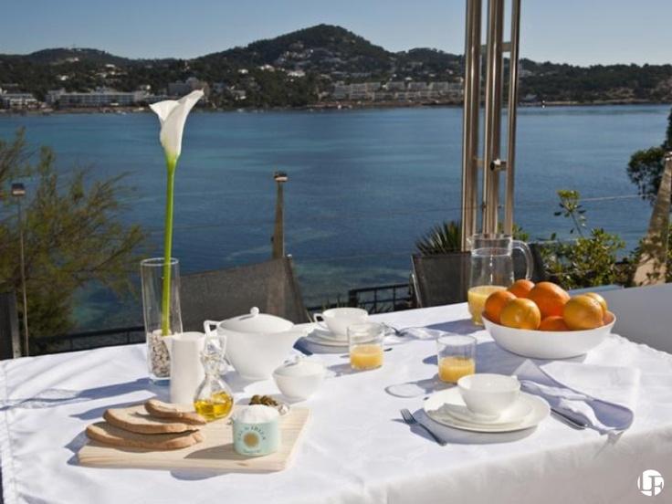 Propiedad de diseño moderno en primera línea cerca de Ibiza ciudad, con piscina privada y acceso directo al mar