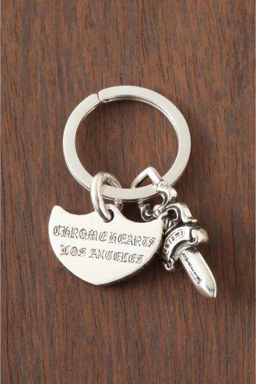 CH.Keyring Shield/Chla  CH.Keyring Shield/Chla 57240 CHROME HEARTSクロムハーツ キーリングが入荷致しました ダガーとクロムハーツらしいプレートを使用したキーリング 腰元をさりげなく飾ってくれるキーリングは オシャレを感じさせてくれるワンランク上のコーディネートが楽しめるのも魅力 センス次第で色々と幅広く使えるキーリングは 贈り物としてもおススメのアイテムです HIROBではHIROB SOUTH NEWoMAN新宿店とHIROB札幌店 スタイルクルーズのみのお取り扱いとなっております 秋冬のスタイリングに是非取り入れたいアイテム 本国アメリカより買付けてきた商品です!! ご自身用として贈り物用として是非ご検討くださいませ 素材925シルバー 付属品当社発行の販売証明書 クロムハーツオリジナル本革製ポーチ 本品はBAYCREWS GROUP HIROBがアメリカのクロムハーツ正規店から輸入した商品です クロムハーツ製品は職人が1つ1つ手作りしており シルバーやレザーに燻し色味傷などの個体差が生じます…