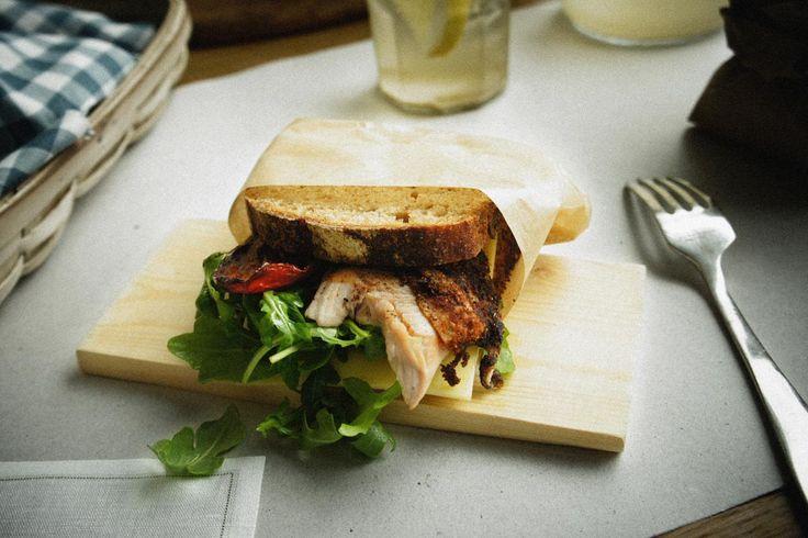 Recetas sanas en frío para llevar a la oficina. Sandwich de pastrami de pavo. © Gourmetillo Food Studio.