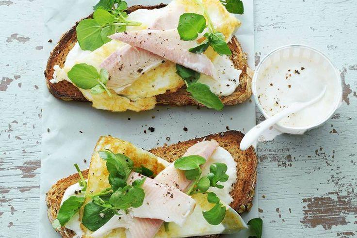 Door de dooier weg te laten, wordt je omelet lekker luchtig én een stuk slanker. De forel zorgt voor een portie goede vetten - Recept - Allerhande
