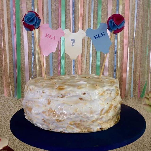 Chá de revelação!!! Nosso bolo de bem casado foi coberto de marshmallow em um estilo mais rústico. O interior do bolo ganhou confeitos coloridos que revelam o sexo do bebê no momento do corte do bolo! #charevelacao #chadebebe #bolorevelação #bolobemcasado