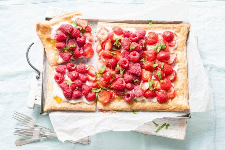 Kijk wat een lekker recept ik heb gevonden op Allerhande! Plaattaart met lemon curd, frambozen en aardbeien