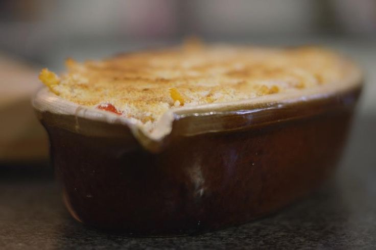 Dit is het recept voor een eenvoudige gegratineerde ovenschotel met macaroni en tonijn uit blik. Met een lijstje van makkelijk te verkrijgen producten tover je zonder grote culinaire kunsten een voedzaam en lekker pastagerecht op de tafel. Als er al een restje van overblijft, dan zal dat de dag erop eens zo goed smaken.
