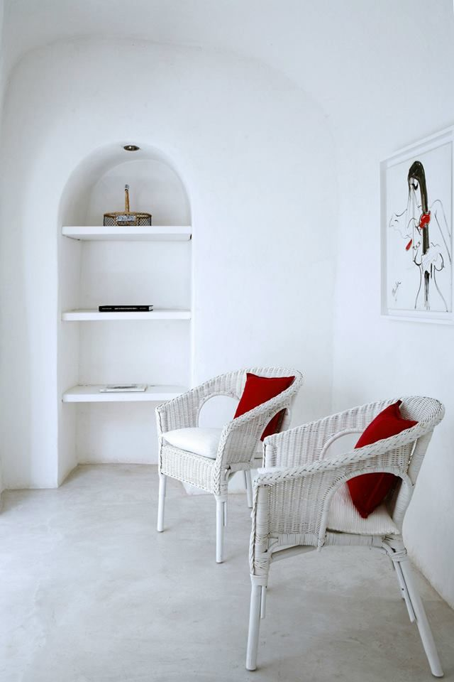 Characterized by minimal and stylish decoration, the villa Ilios & Selene is the place to delight your aesthetics. #SantoriniVillas