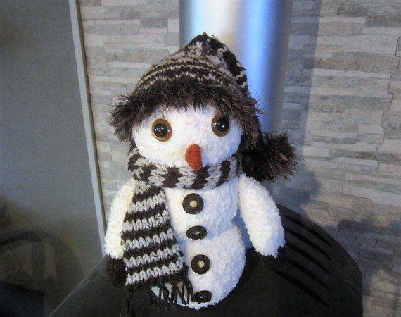 Der nächste Winter kommt bestimmt. Also jetzt schon mal mit den tollen Winterfiguren beginnen. Snowy macht bei mir den Anfang. Er verschönert wirklich jedes Fenster oder Winterdekoration im Flur. Er darf nicht fehlen. Alle, ob Groß oder Klein werden Ih