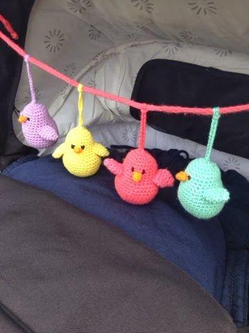 Flere har på IG spurgt efter opskriften på de små hæklede fugle som jeg har lavet til barnevognskæden...