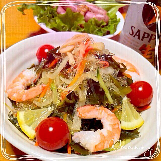 昆布つゆとお酢を合わせた昆布風味の即席ポン酢に生わかめ、プチプチな海藻麺、野菜などを合わせたヘルシーサラダです♡  海藻麺はプチプチした食感が楽しめてノンカロリーなのでダイエットにも  ごま油や豆板醤を合わせると中華風な大人のサラダになりますよ〜♡ヾ(დ☣‿☣)ノ - 123件のもぐもぐ - ☆昆布つゆで♪プチプチ海藻麺とわかめのヘルシーサラダ☆ by aiai1409