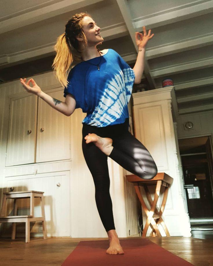 Proud every day to call myself a woman with so many inspirational female charakters all around me. Happy International Woman's Day  #yoga #asana #yogapose #yogavideo #yogadaily #happy #yogaeverywhere #fit #fitness #inversion #inversionjunkie #balance #yogaeverydamday #yogateacher #yogapants #igyoga #igyogafam #yogalove #powerflow #yogaflow #ashtanga #ashtangayoga