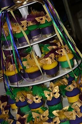 Love these Mardi Gras inspired cupcakes, masks and all!