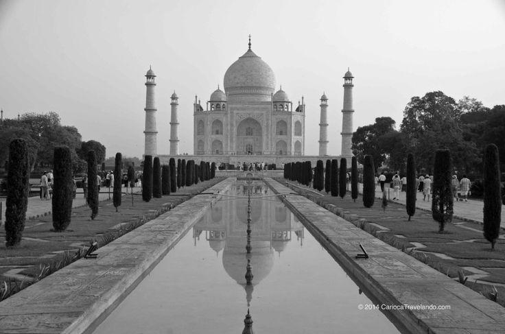 """A obra foi feita entre 1632 e 1653[2] com a força de cerca de 20 mil homens,[3] trazidos de várias cidades do Oriente, para trabalhar no suntuoso monumento de mármore branco que o imperador Shah Jahan mandou construir em memória de sua esposa favorita, Aryumand Banu Begam, a quem chamava de Mumtaz Mahal (""""A joia do palácio""""). Ela morreu após dar à luz o 14º filho, tendo o Taj Mahal sido construído sobre seu túmulo, junto ao rio Yamuna."""