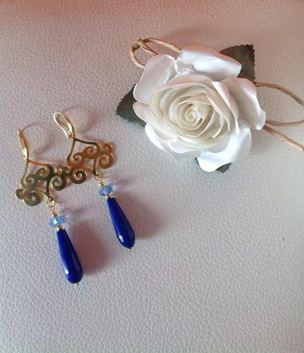 Filigrana ghirigori e monachella color oro , Nickel Free.  Pietra a goccia blu e pietra sfaccettata rotonda celeste.