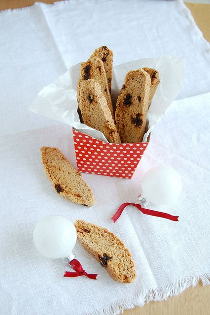 Cinnamon and cherry biscotti / Biscotti de canela e cereja by Patricia Scarpin, via Flickr