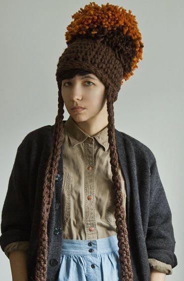 Yokoo Gibraan es una diseñadora y tejedora especializada en cuellos, bufandas y collares, entre otros complementos. Prácticamente todos los teje ella misma por encargo, aunque cuenta con un amplio …