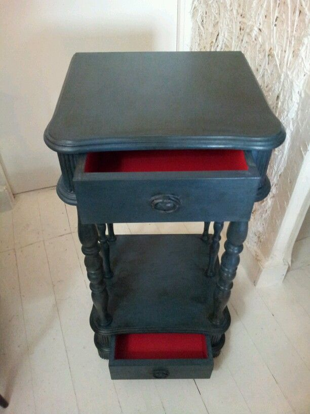 Mesa auxiliar pintada con Chalk Paint™. abusson y emperors silk. Side table painted with Chalk Paint™.