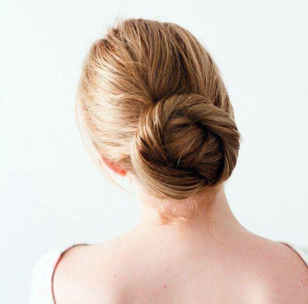 Cerchi una acconciatura facile e chic? Il TWISTED BUN fa al caso tuo! Dividi i capelli in tre (in alto, in mezzo e in basso) e avvolgi le ciocche creando una ciambella partendo da quella in fondo, procedendo con quella in mezzo e, infine, con la più alta. Perfetta anche con i capelli bagnati: prova le #questionidistile di #hairartitaly! #bun #hair