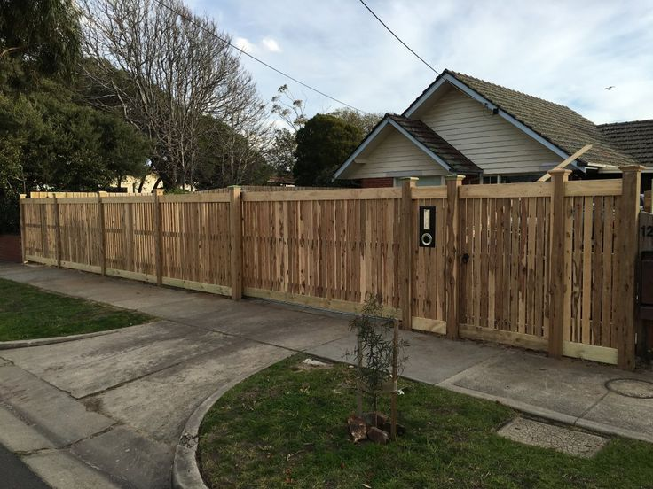 Front picket fence, vertcal picket fencing, exposed posts, capping, single pedestrian gate, sliding gate, motorsised automatic driveway gate front feature fence