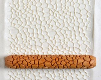 Deze natuurlijke houten hand-roller is diep gesneden en maakt een mooie afdruk op klei of polymeerklei (of op PMC). Het is 10cm lang (4 inch), en 1,5 cm in diameter (1/2 inch plus). Het is geen laser gesneden: alle de gravure wordt gedaan met een schuine kant zodat het ontwerp releases eenvoudig en netjes uit de klei. Het hout is afgewerkt met teng olie maken een langdurige handje van zeer hoge kwaliteit. De roller kan worden gerold met de hand over het oppervlak van een klei-plaat, of o...