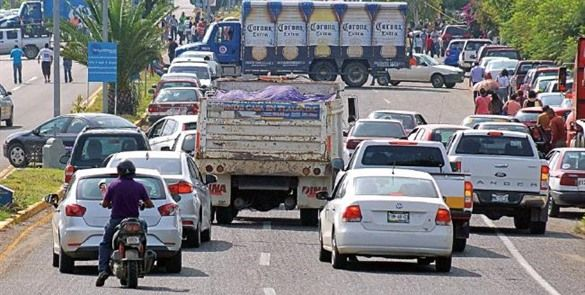 Maestros bloquean dos casetas de cobro en Oaxaca