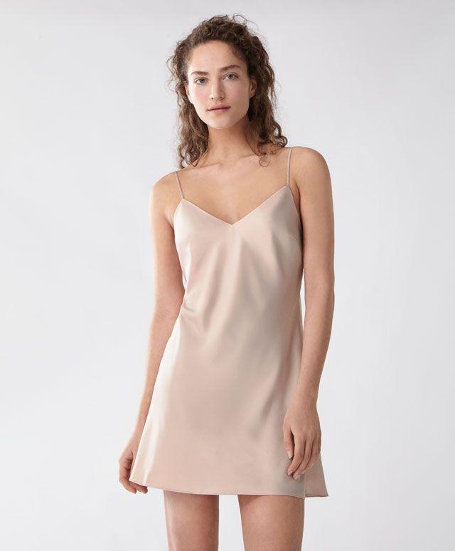 Saten gecelik - Gecelikler - Oysho online mağazada kadın modasında Ilkbahar yaz 2017 trendleri. Hediye almak, İç çamaşırı, pijamalar, spor giyim, spor ayakkabi, ayakkabılar, aksesuarlar, korseler, plaj giyimi ve mayo & bikiniler. Bütün kadınlar için stiller!
