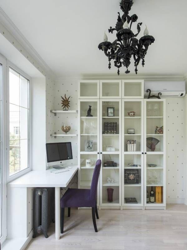 Белый письменный стол, встроенный в подоконник