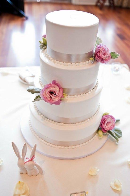 Bolo de casamento com fita de cetim e flores naturais