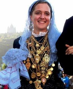 "filigrana - form of working gold or silver like ""crochet"", typical of North Portugal. In parties of Viana do Castelo is traditional young women parading in costumes typical, and gold pieces such as filigree. Many people frequent the city these days to see the parade and gold around the neck of young women!"
