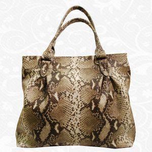 Moderná kožená kabelka so vzorom Pytóna vyrobená z pravej prírodnej kože. Elegantná lesklá kabelka cez rameno s moderným hadím vzorom.   Kabelka je verná priateľka každej jednej ženy. Nosí Vaše cennosti a niekedy aj Vaše tajomstvá. Okrem funkčnosti taktiež spĺňa módny a estetický účel. Je skvelým doplnok ku každému oblečeniu a slúži ako moderný doplnok pre ženy.  http://www.vegalm.sk/produkt/kozena-kabelka-pyton-c-8524/